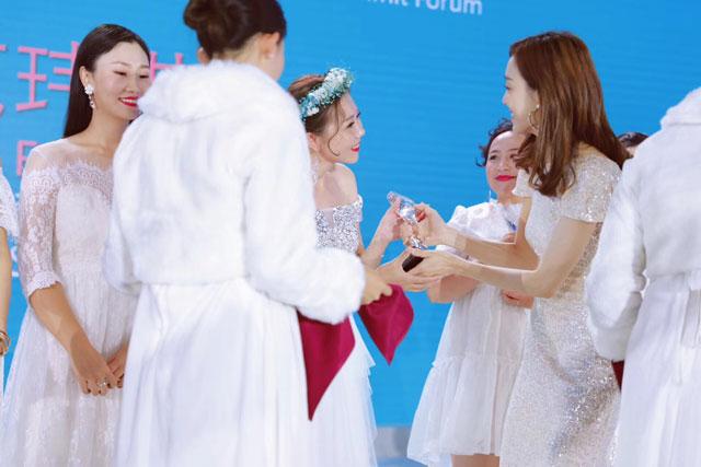 小萌希奥代言人范玮琪为尧爱战队创始人张雪颁奖